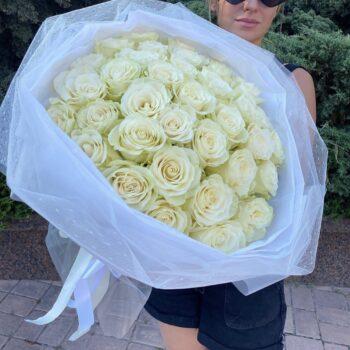 25 белых роз в стильном оформлении