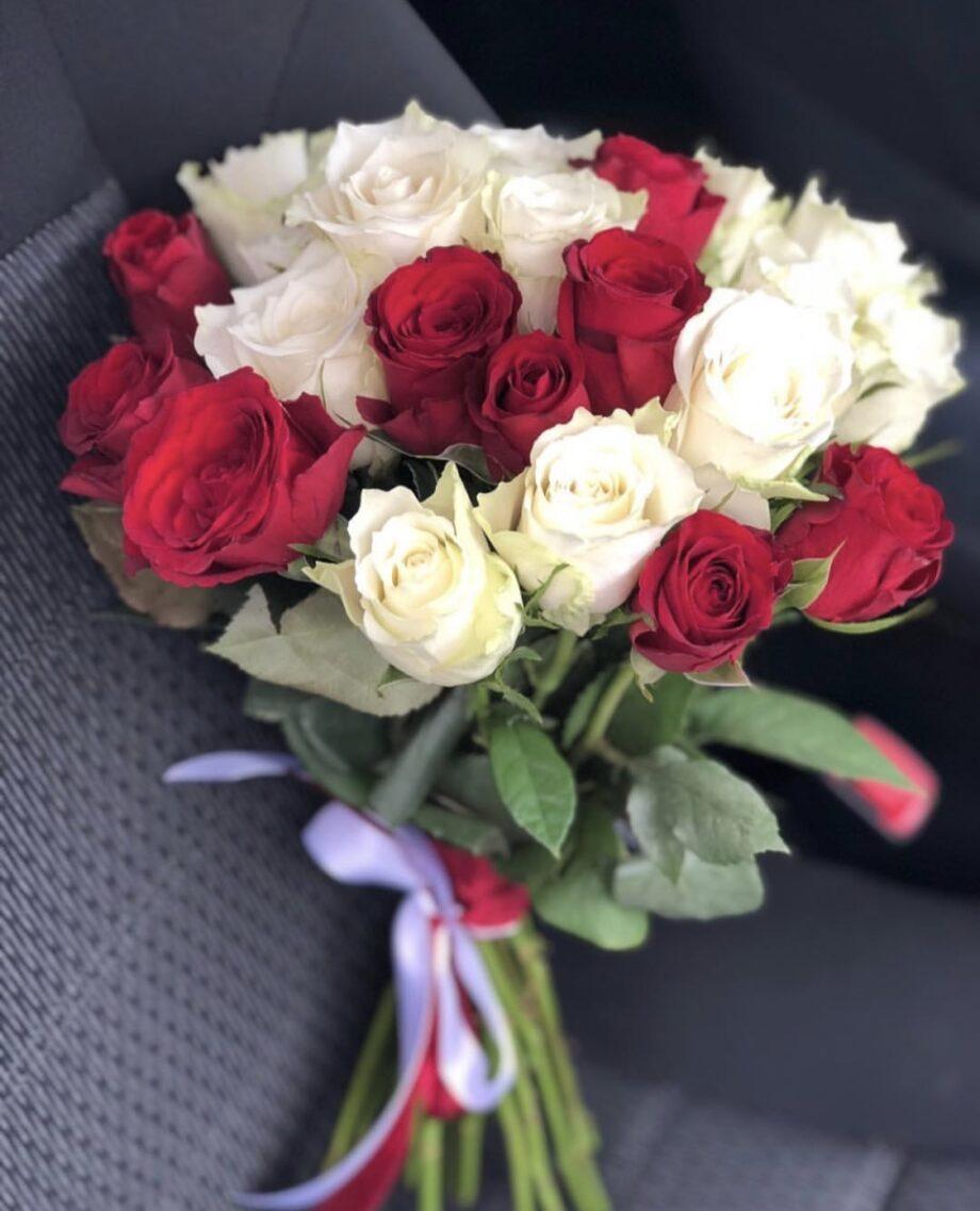 Букет из 29 красно- белых роз