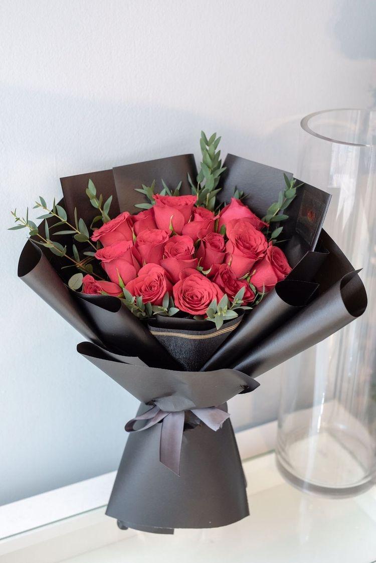 15 красных украинских  роз в фирменной упаковке