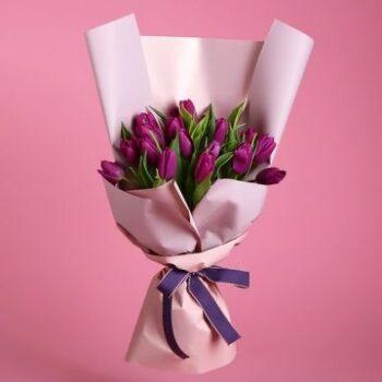 Стильный букет с фиолетовыми тюльпанами